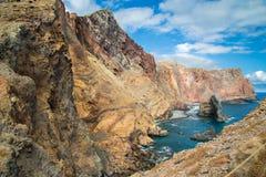 le rocce ripide Giallo-rosse nel giorno di estate su un oceano costeggiano Fotografia Stock Libera da Diritti