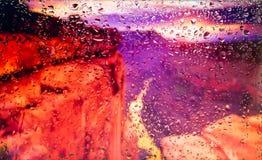 Le rocce rosse della vista di Grand Canyon A della città da una finestra da una parte migliore durante la pioggia Fuoco sulle goc Fotografia Stock
