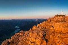 Le rocce ruvide arancio della montagna al tramonto si accendono Immagini Stock Libere da Diritti