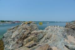 Le rocce scolpite glaciali proteggono il porto e l'intestino della volontà fra la B Immagine Stock
