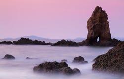 Le rocce sopra la costa di mare Fotografia Stock