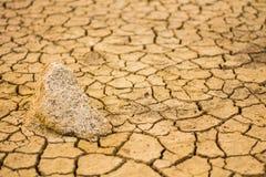Le rocce sui concetti e sulle idee aridi del suolo Fotografia Stock