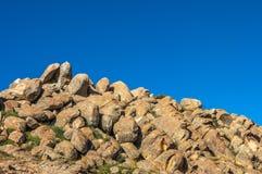Le rocce sulla montagna con cielo blu Fotografie Stock Libere da Diritti
