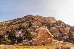 Le rocce sulla strada alla gola fiammeggiare fotografia stock