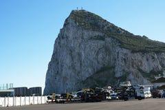 Le rocher de Gibraltar à l'entrée vers la mer Méditerranée Image stock