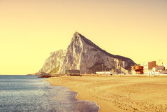 Le rocher de Gibraltar comme vu de la plage de la La Atunara, dans L Photographie stock