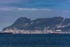 Le rocher de Gibraltar et quelques bateaux photo stock