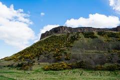 Le rocher regardant au-dessus d'Edimbourg un jour ensoleillé image stock