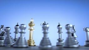 Le roi d'or d'échecs à l'arrière des gages argentés de fracas ennemis illustration de vecteur