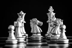 Le roi dans le support de jeu d'échecs de bataille sur l'échiquier avec l'OIN noire Photographie stock