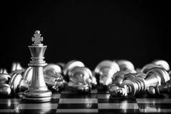 Le roi dans le support de jeu d'échecs de bataille sur l'échiquier avec l'OIN noire Photos stock