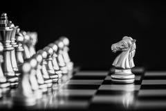 Le roi dans le support de jeu d'échecs de bataille sur l'échiquier avec l'OIN noire Photo libre de droits