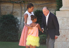 Le roi de l'Espagne plaisante avec Michelle Obama et sa fille Sasha au cours d'une réunion en île de Majorca Image libre de droits