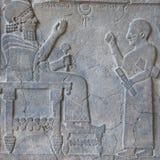 Le Roi en pierre Barrakib et son scribe de soulagement dans le musée du Proche-Orient dedans Image libre de droits