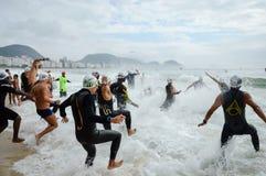 Le roi et la reine de la concurrence de mer sur Copacabana échouent photographie stock