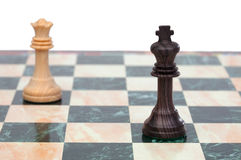 Le roi et la reine faits face. Pièces d'échecs en bois Image libre de droits