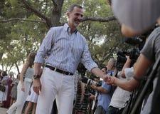 Le Roi Felipe de l'Espagne se serrant la main aux journalistes Photographie stock