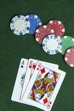 Le Roi Queen d'Ace carde la panne de jetons de poker Photographie stock libre de droits