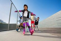 Le roller africain de fille avec des mains aiment des ailes Photographie stock libre de droits