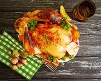 Le romarin entier de poulet frit a glacé préparé, savoureux cuit sur le fond en bois photographie stock