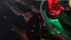 Le rond point joyeux vont rond tournant sur le terrain de jeu vide avec son ombre clips vidéos
