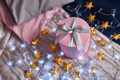 Le rose actuel sur la table avec des étoiles s'allume Image stock
