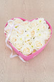 Le rose bianche e la perla ed il diamante hanno tenuto nella scatola di forma del cuore Immagini Stock Libere da Diritti