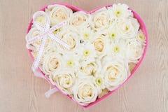 Le rose bianche e la perla ed il diamante hanno tenuto nella scatola di forma del cuore Fotografia Stock Libera da Diritti