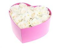 Le rose bianche e la perla ed il diamante hanno tenuto nella scatola di forma del cuore Fotografia Stock