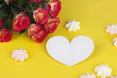 Le rose della cartolina d'auguri del giorno di biglietti di S. Valentino ingialliscono il marshmellow bianco del cuore del fondo Fotografia Stock Libera da Diritti