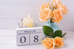 Le rose di colore della pesca fiorisce, candela e calendario Fotografia Stock