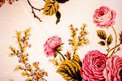 Le rose di fioritura dell'estate, modello floreale hanno dipinto la siluetta dei fiori del giardino, le belle rose rosa luminose  Fotografia Stock