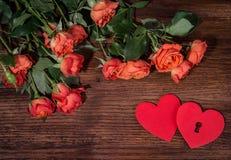 Le rose ed i cuori modellano con lo spazio della copia su fondo di legno Fondo di giorno di biglietti di S Amore Fotografia Stock