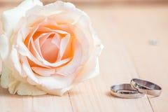 Le rose en pastel Rose, engagent l'anneau dans le concept de Valentine Images stock