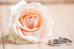 Le rose en pastel Rose, engagent l'anneau dans le concept de Valentine Image stock
