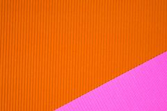 Le rose et le papier ondulé orange donnent, emploient une consistance rugueuse pour le fond E photos stock