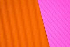 Le rose et le papier ondulé orange donnent, emploient une consistance rugueuse pour le fond E image stock