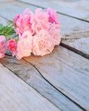Le rose fresche rosa fiorisce su fondo di legno rustico Immagine Stock