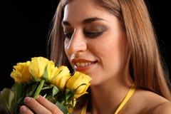 Le rose gialle porta il sorriso alla giovane bella ragazza Fotografia Stock