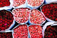 Le rose hanno offerto al primo mattino del mercato del fiore Fotografia Stock
