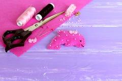 Le rose lumineux a senti le jouet de dauphin décoré des perles et du bouton sur le fond en bois lilas Photos libres de droits