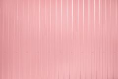 Le rose a modifié la tonalité la surface ondulée de texture en métal Photos stock