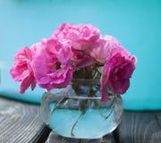 Le rose a monté bouquet sur le fond bleu coloré photo stock