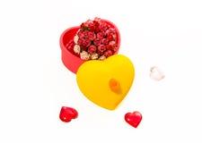 Le rose nella forma del cuore inscatolano isolato su fondo bianco fotografia stock libera da diritti