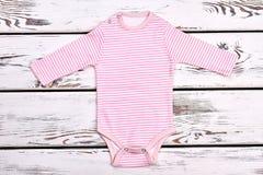 Le rose nouveau-né de fille barre la combinaison Photographie stock