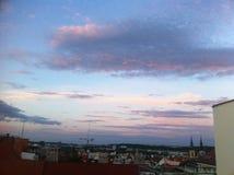 Le rose opacifie le ciel au-dessus de Prague Images stock