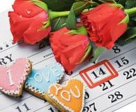 Le rose pongono sul calendario con la data del 14 febbraio Valentin Fotografie Stock