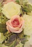 Le rose rosa e bianche fioriscono il mazzo con colore del filtro immagini stock