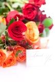 Le rose variopinte e una scheda con le parole vi ringraziano Immagine Stock Libera da Diritti