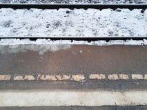 Le rotaie e la piattaforma Inverno immagini stock